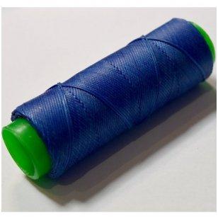 Labai tvirti, 100% poliesteris, 1mm storio vaškuoti siūlai. Puikiai tinka veltinių padų prisiuvimui. Spalva mėlyna.Pakuotėje 100 metrų.