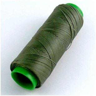 Labai tvirti, 100% poliesteris, 1mm storio vaškuoti siūlai. Puikiai tinka veltinių padų prisiuvimui. Spalva žalia.Pakuotėje 100 metrų.