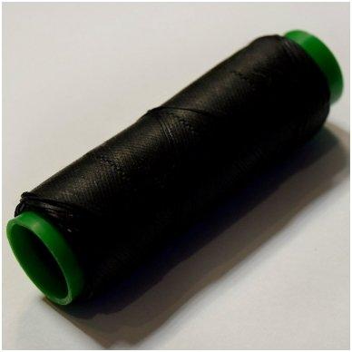 Labai tvirti, 100% poliesteris, 1mm storio vaškuoti siūlai. Puikiai tinka veltinių padų prisiuvimui. Spalva juoda.Pakuotėje 100 metrų.