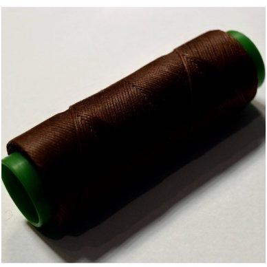 Labai tvirti, 100% poliesteris, 1mm storio vaškuoti siūlai. Puikiai tinka veltinių padų prisiuvimui. Spalva ruda.Pakuotėje 100 metrų.