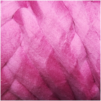 Merino vilnos sluoksna 50 g. ± 2,5 g. Spalva - viržių violetinė, 15,6 - 18,5 mik.