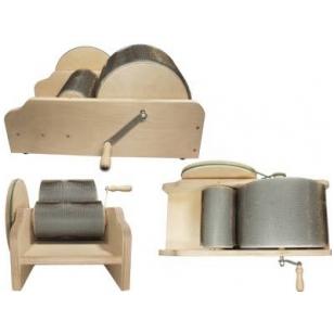 Rankinė vilnos karšimo mašinėlė. Tai šiuolaikiško dizaino, nedidelė  paprasta naudoti vilnų karšimo mašinėlė. Su šia mašinėlė kiekvienas karšimas bus lengvas ir malonus.Karštuvėlio darbinio ritinio skersmenys 31cm ir 22 cm.