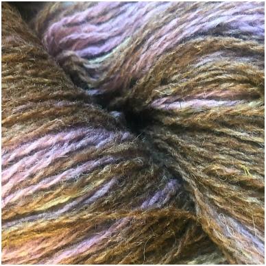 Vilnonių siūlų matkelis 150g. ± 5%. Spalva - pilkai violetinė, ruda, pilka. Sudėtis - 100% vilna.